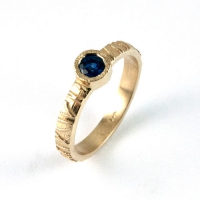 ring_gold_blue_sapphire_band